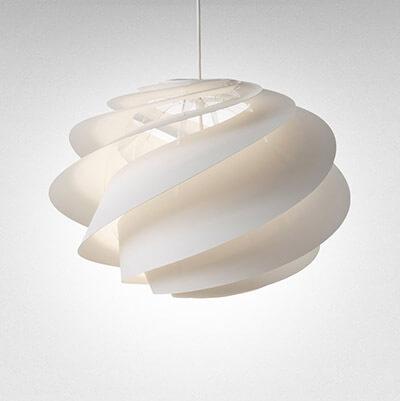 ペンダントライトは北欧の照明などが非常に有名ですがデザイン性に優れているので部屋を明るくすると言う役割だけではなくインテリアにアクセントを与えてくれます。