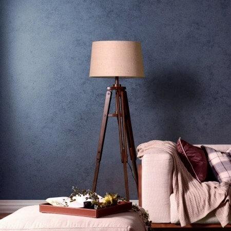 フロアランプは床に直接おけるので家具を必要としません。照明の光が届かない時に補助的に使うことも可能ですしリビングチェアの横に置いたりして読書を楽しむことができます。