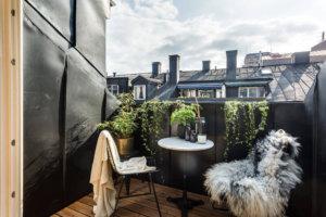 床が古材で建具がブラックの海外インテリア 屋根裏部屋のインテリアは外に出た時の景色が抜群で気持ちのいい風が部屋を駆け巡ります。