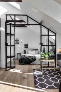 床が古材で建具がブラック、天井が購買している海外の屋根裏部屋のインテリア