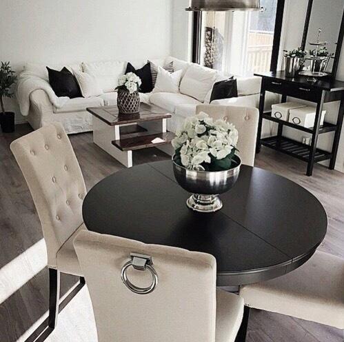 床の色がグレーにクラシカルな家具を合わせたミックスタイルです。椅子の背もたれに取っ手がついているのが賛否分かれそうな印象。