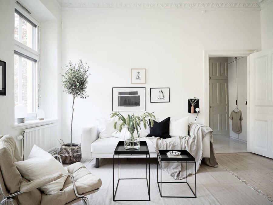 ホワイトのフローリングに白いソファーでベージュ系のリビングチェアです。優しい色で統一されているのでカジュアルな印象ですね。