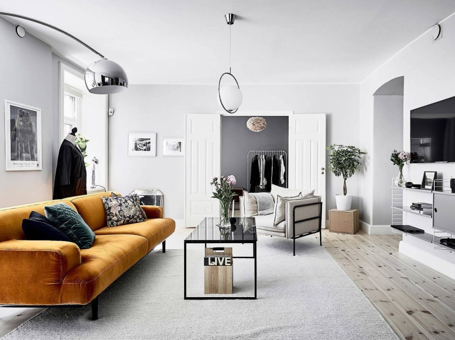 ホワイトに近いからのフローリングでソファーのからし色が非常に個性的なインテリアです。ソファを主役にしてそれ以外を脇役にするということが完全に徹底されているインテリアですね。