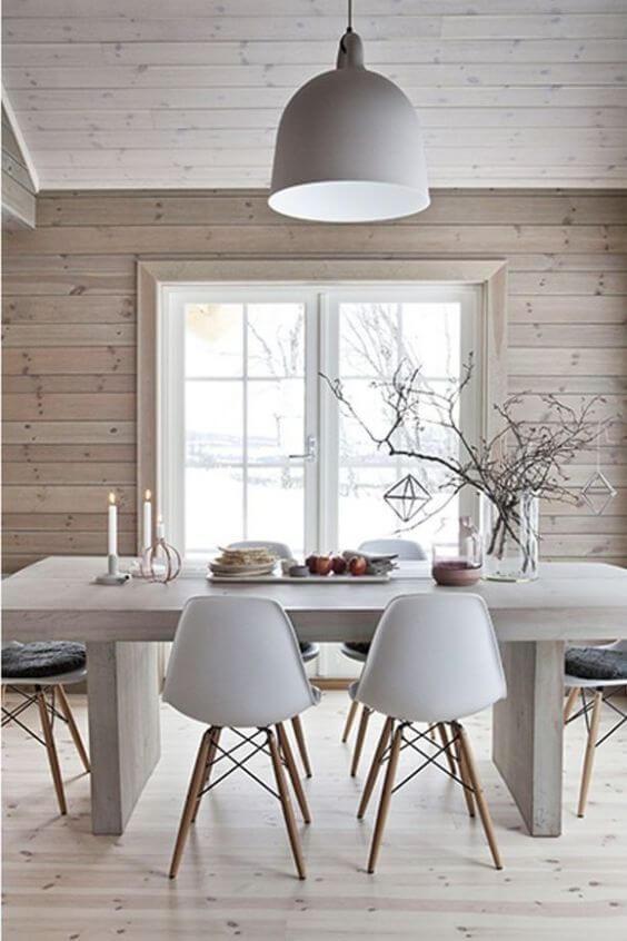 ホワイト系のダイニングテーブルにホワイトのシェルチェアーを合わせています。北欧にありそうなイメージです。