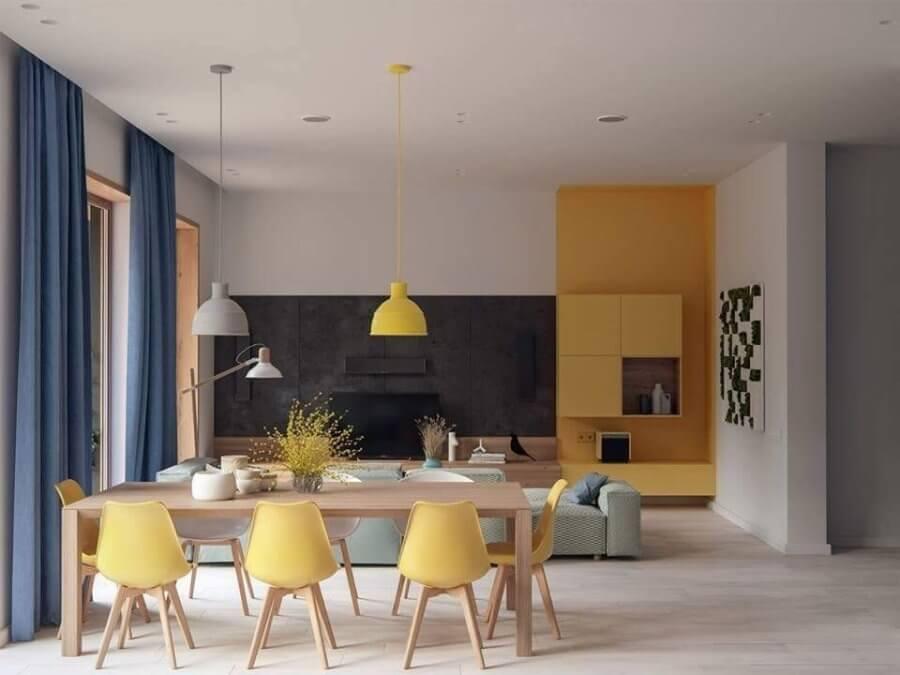 黄色とブルーとグリーンを使っています。カラフルな印象で明るい気分になれそうです。色のトーンは似通っているのでバランスが取れています。