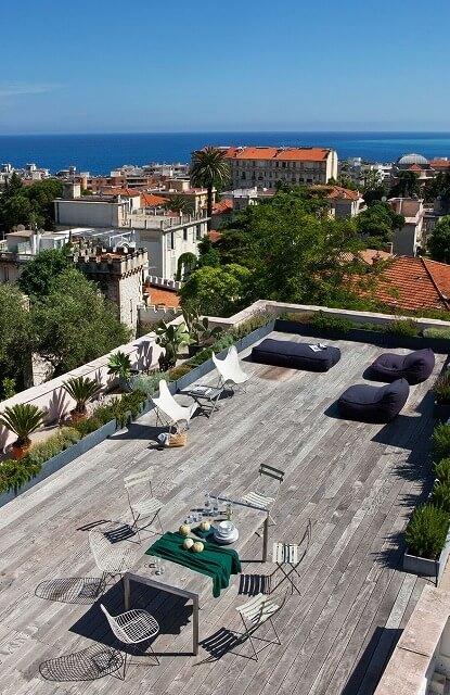 ニースのフランスのリビエラの町の丘陵地は、まだ緑豊かな敷地と海の静かな景色を眺めながら、美しい19世紀の邸宅の家が点在しています。静かなベルエポック様式のコテージが若い独身カップルの目を引いた場所で、敷地に足を踏み入れた瞬間にその土地を更新する計画を孵化し始めました。