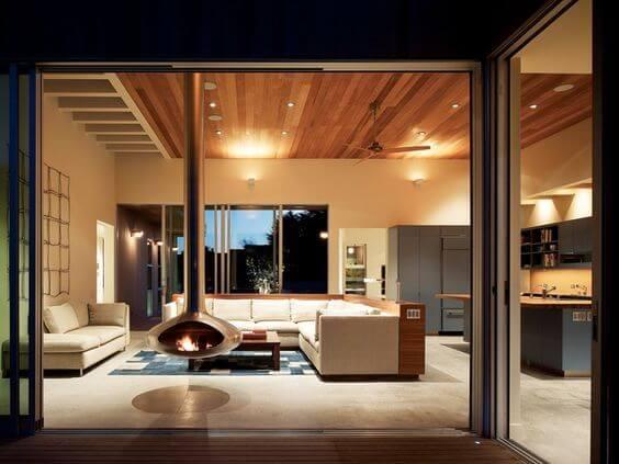 天井に木目を貼ると暗い印象を受けるかもしれないのでSofaの色を明るめにすると良いでしょう。
