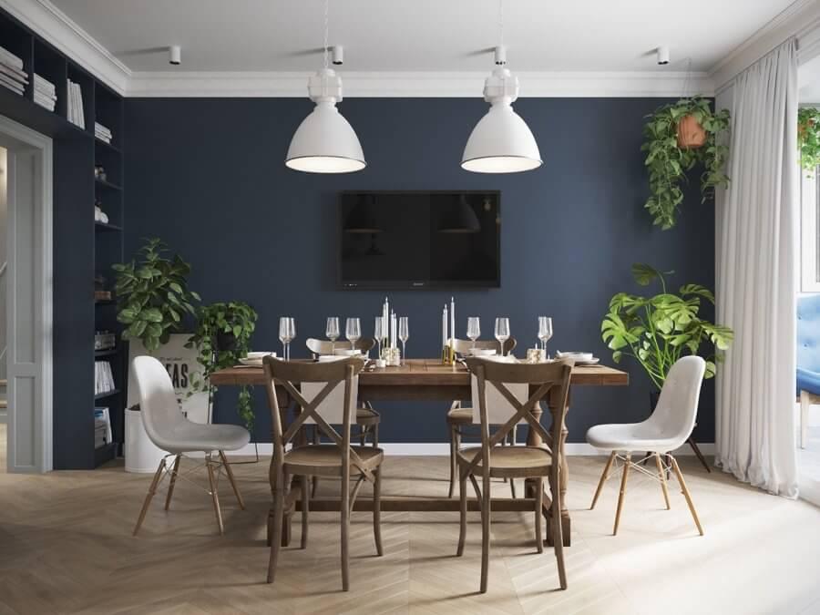 フローリングの色はナチュラルカラーでやや明るめの仕上げです。壁面をネイビーにすることでホワイトのダイニングチェアが際立っています。ペンダントライトとダイニングチェアの空をコーディネートしているのは非常に珍しいパターンです。