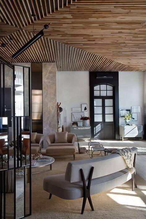 天井は木目調のクロスを貼ることで安く抑えることができます。無垢はデザインを付けることができるので仕上がりは綺麗です。それぞれ良さがあります。