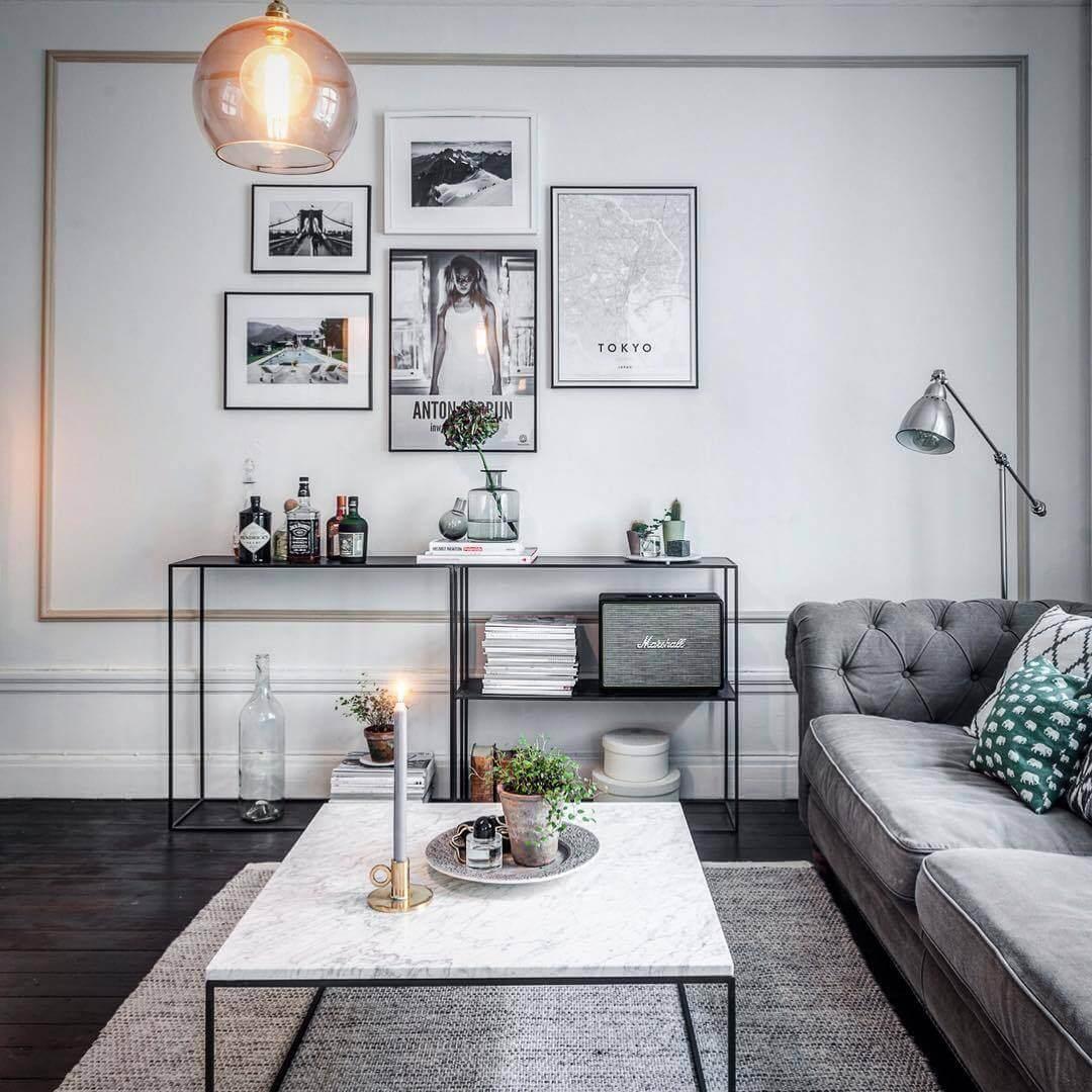 白い大理石のテーブルと黒いフローリングにライトグレーのソファでコーディネートしています。