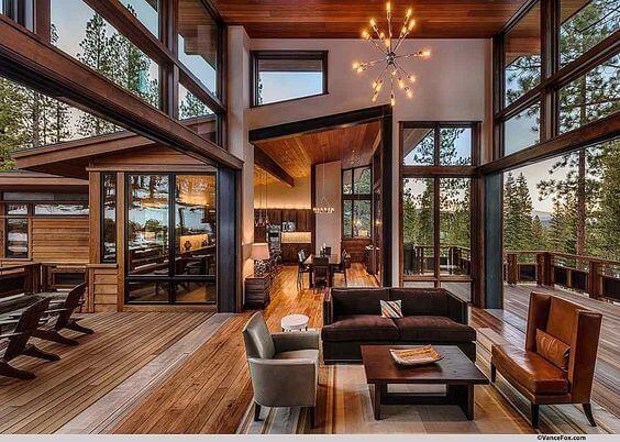 吹き抜けは天井を木目にしても高さがある分圧迫感を感じませんね。