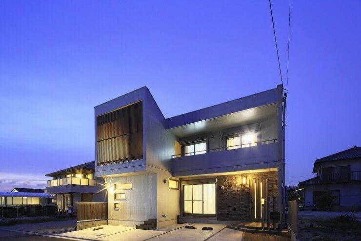 阪神大震災でも被害報告がなかった壁式鉄筋コンクリート構造(モノコック構造)。 モノコック構造の基礎鉄筋には、一般木造住宅の約10倍の量が使われており、その基礎と躯体が1体となる構造です。 つまり、鉄筋コンクリートで作られた6面体の箱を形成する事で、外力をバランス良く分散して受け止めるため、地震・台風などの災害に対して強さを発揮しているのです。