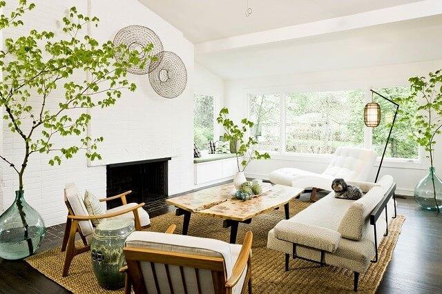 もう一つの世紀半ばの近代的な居間、しかし今度はパターンは明るい白、ジュート絨毯、および生の端の木で置き換えられます。類似性は?複数の植物の使用と2つの快適な読書椅子を含む設定。