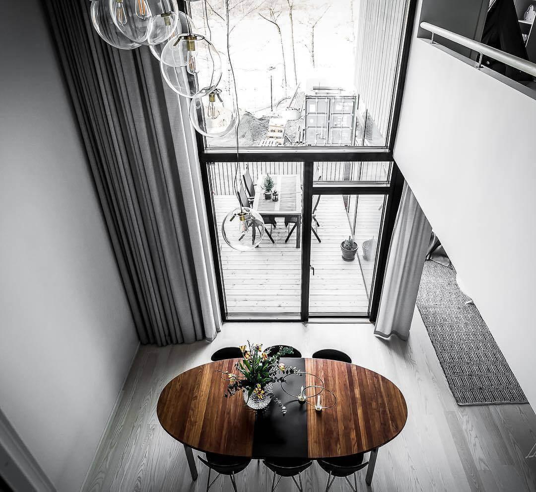 吹き抜けのすごく高い天井にガラス張りの空間はとても開放感があります。カーテンもとても高くてライトグレーで統一しているので圧迫感を感じません。ガーデンセットもとても家の内装とマッチしていますね。