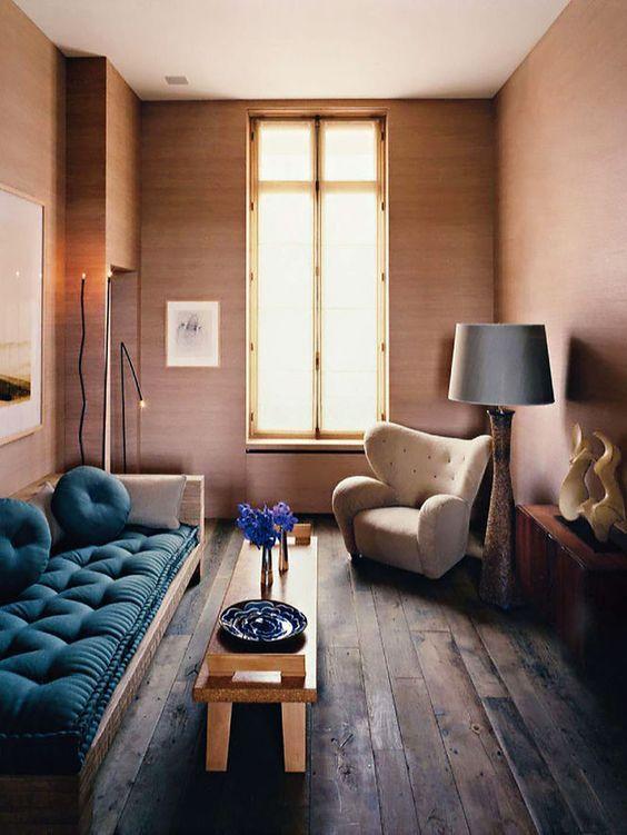床が古材でソファがブルー系の生地の狭小住宅の海外インテリア事例