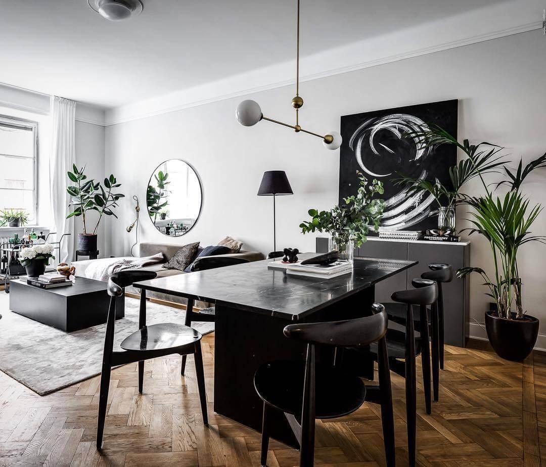 木製家具をブラックで統一しています。観葉植物をたくさん置いていますね。白い壁と黒い角がとてもコントラストがはっきりしていておしゃれな空間です。