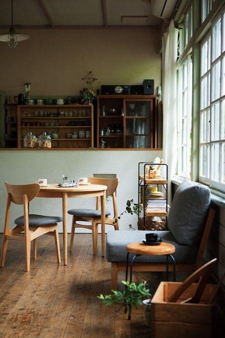 古い木材を使用したフローリングに丸いダイニングテーブルを置いています。ヨーロッパの海外インテリア事例を見ているとダイニングテーブルをコンパクトにしてソファーを置物置いている印象です。