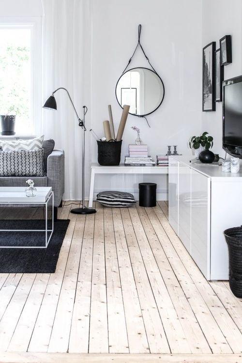 明るめのフローリングで家具はホワイトの家具で統一しておりソファーはライトグレーです。ラグマットはダークグレーでモノトーン上で全てが統一されています。節のあるフローリングでこのようなスタイルは珍しいといえます。