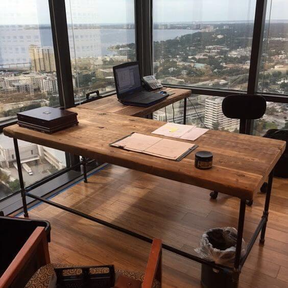 再生木材のあなたのスペースと脚のスタイルのあなたの選択のために構成された固体木材と鋼鉄オフィスデスク。 任意のサイズでこれを作るために私たちに依頼してください。スタンディングデスク、コンピュータデスク、共用ワークステーションを提供しています。カスタムテーブル、共用テーブル、カンファレンステーブル、カフェテーブル、ベンチなど、Etsyショップで提供されています。あなたがこのリストを購入する場合は、右または左のリターンとあなたが好む脚のスタイルをしたい場合は、ノートに記載してください。