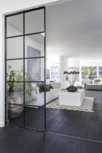 窓がたくさんある床が黒いインテリア事例