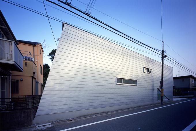 この写真「クールな印象のガルバリウム外壁」はfeve casa の参加建築家「杉浦宏幸/杉浦事務所」が設計した「house G」写真です。