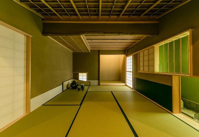 和室は天井が低い空間も多く、集中力を高めます。防犯上も良いと思います。
