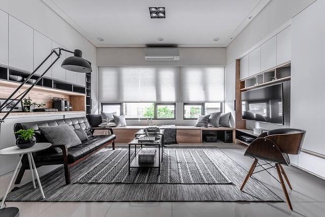 きれいな線と世紀半ばの近代的な美的装飾が、モダンなリビングルームのデザインを際立たせています。私達は窓の座席、そしてフラットスクリーンテレビを囲む作り付けの組み込みが大好きです。