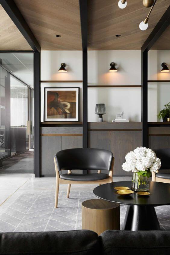 さりげなく床と天井がヘリンボーン柄になっている。柱がブラックで椅子のブラックレザーと合っています。