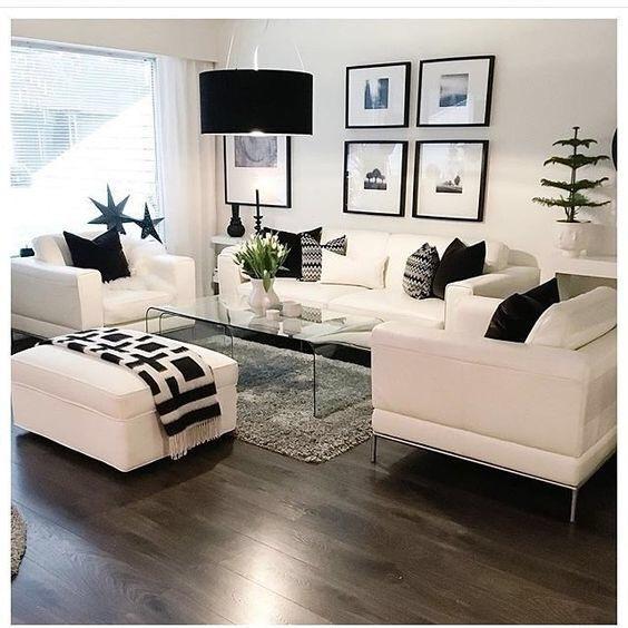 ダークブラウンからのフローリングにホワイトのソファーを配置しています。リビングテーブルはガラステーブルを使い圧迫感のないようにバランスを整えています。ペンダントライトのブラックがアクセントになっていますね。