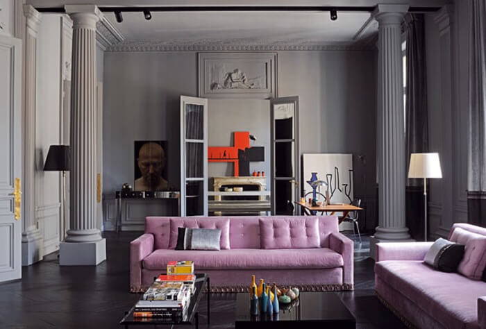 床がブラックで紫色のソファで高級感を演出している天井の高いインテリア画像