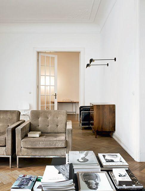 フローリングの色はライトブラウンで壁面はホワイトです。ソファーがベージュで1人掛けのソファーを2つ並べて置いています。