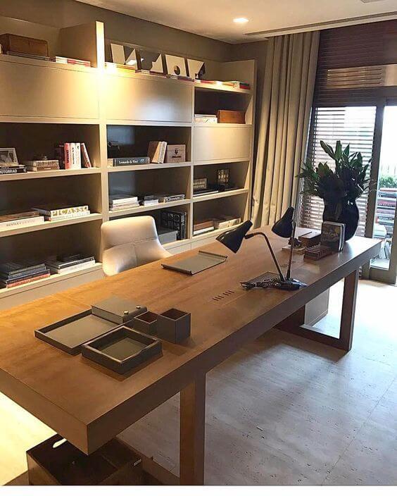 背面が書棚になると資料を取り出しやすく集中できる。仕事場としてよい。