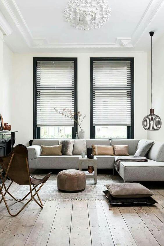 床が古材でソファの背もたれが低いライトグレーのインテリア画像