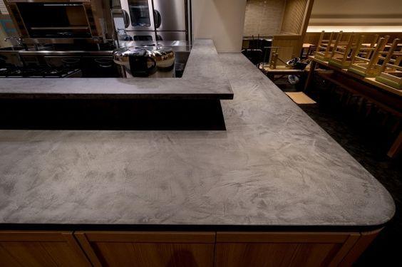 モールテックス(MORTEX)は、水を通さない薄く強靭な仕上げ層をつくる左官塗材で、優れた機能性と高い意匠性を合わせ持っています。屋内外の使用を問わず、表面を美しく化粧されたコンクリートや「タデラクト」のような鉱物性の表情を、お作りになる浴室、床、キッチン、家具、什器に与えます。無限の調色が可能で、あらゆる形へ塗付けられます