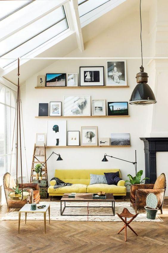床の色はライトブラウンからです。3人掛けソファーを挟むようにリビングチェアを2脚置いています。かなり使い込まれたレザーのソファーです。天井は勾配天井になっていて斜めに窓が貼ってあり光がたくさん入る構造になっています。
