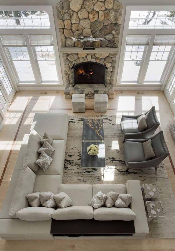 かなり高い位置から撮影した写真です。窓が3方向にあって光がたくさん入る空間です。暖炉を先にしていますが両方向から全てで会話が可能です。外の景色を見る限りではおそらく雪国でしょう。