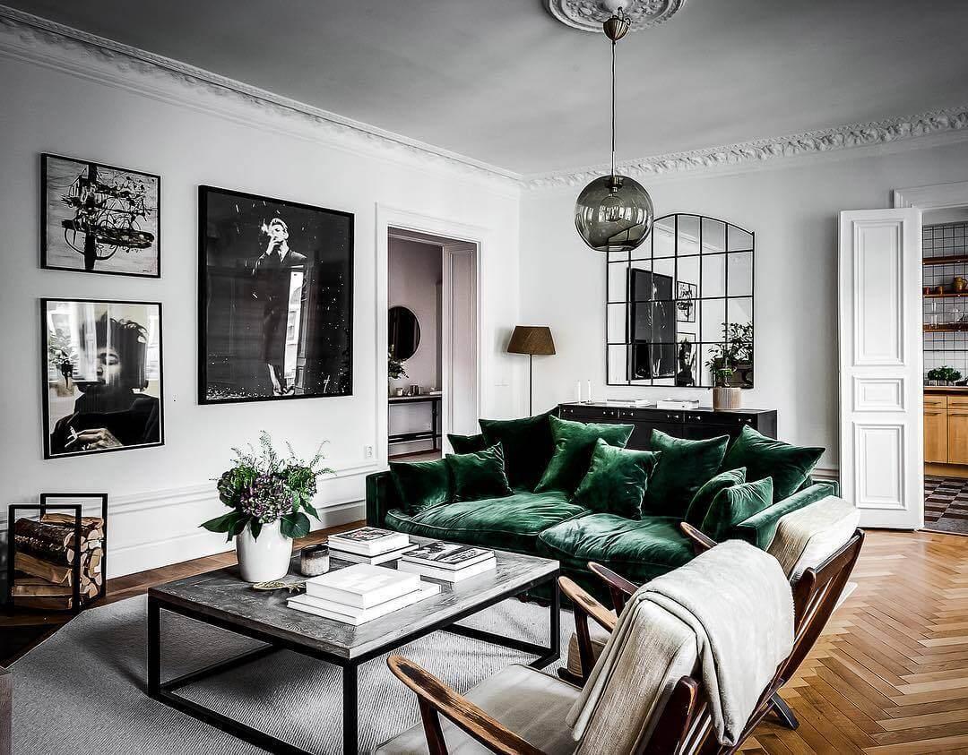 緑色のソファーと白いラグマットで統一しています。フローリングはヘリンボーン柄でとてもお洒落です。飾っている上はすべて白黒でまとめています。