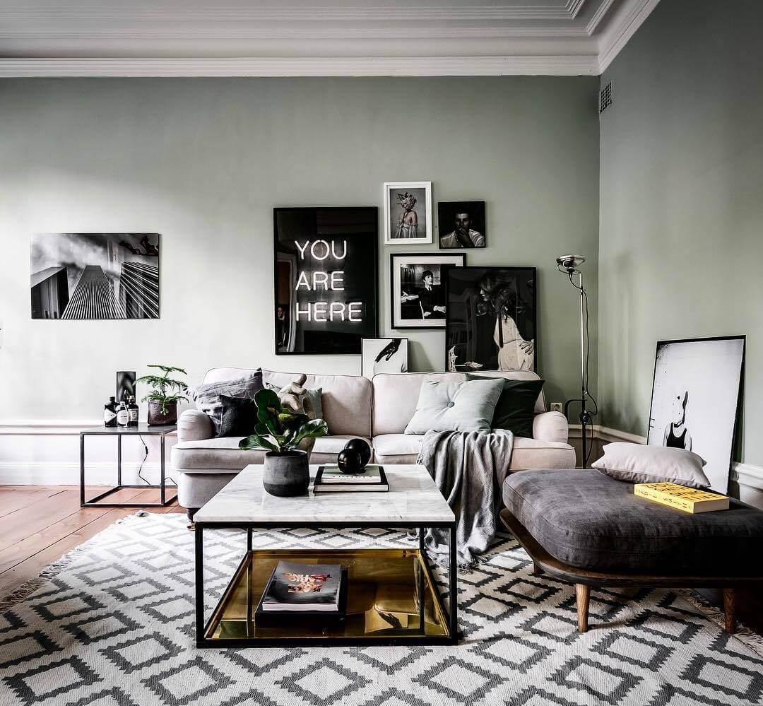 明るい色のソファーと大理石を使ったリビングテーブルです。ラグマットは幾何学模様を使用しています。飾っている柄はモノトーンで統一されています。