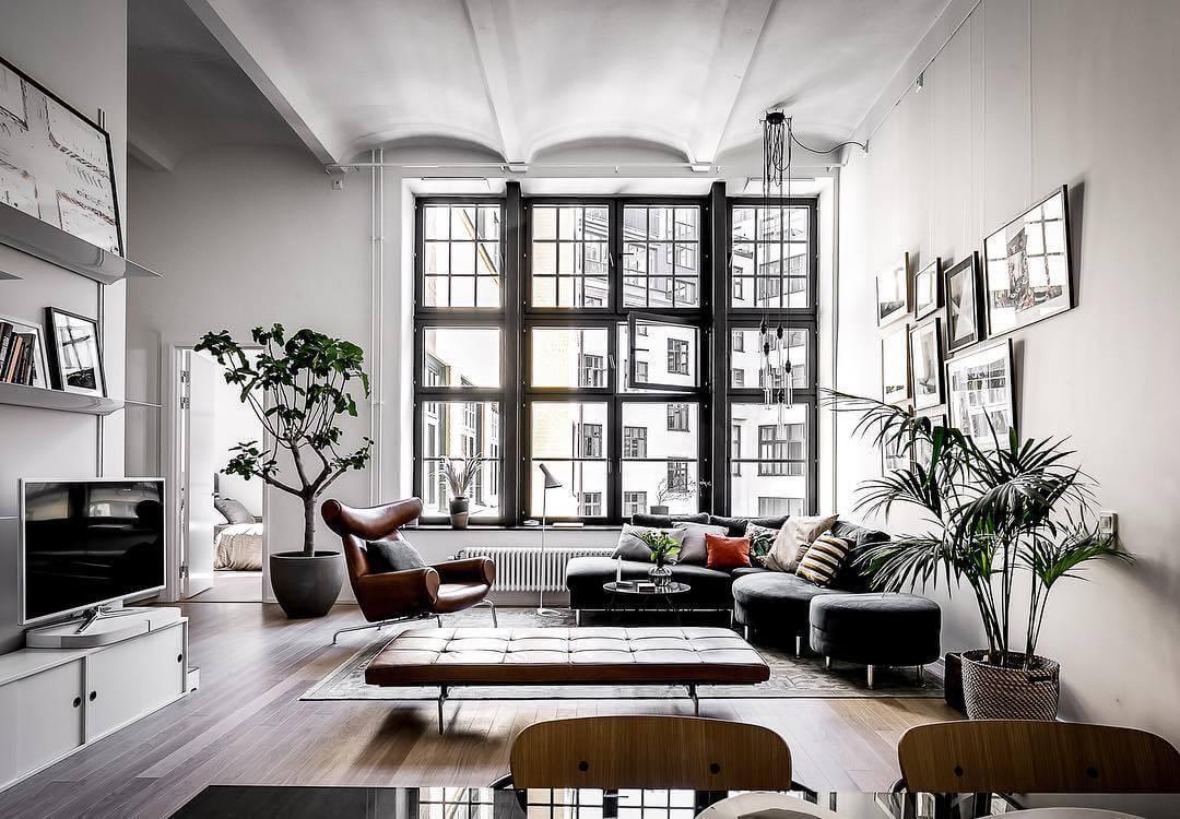開放的な窓に高い天井で広々とした空間を作り上げています。ソファーを部屋のコーナーに配置することで広く感じることができます。