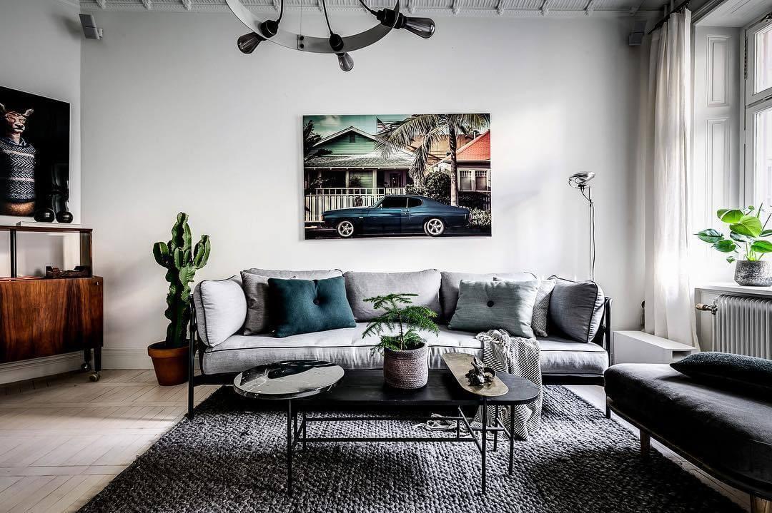 ソファーの背中が壁面にすることで部屋を広く見せることができます。ソファーの色は明るい色にしてリビングテーブルはブラックでコーディネートしています。