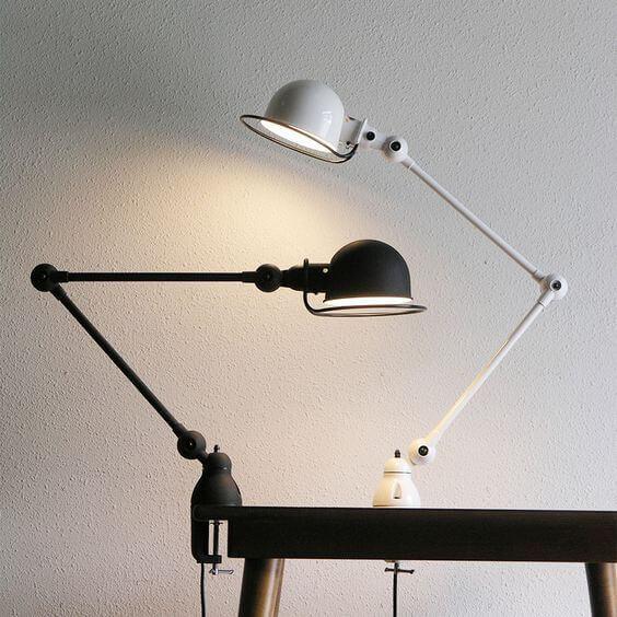 デスクライトは机の上に置いて使ったり天板に固定したりして使います。空間全体を明るくする証明とは別で手元が明るくすることで目が悪くなるのを防ぐことができます。
