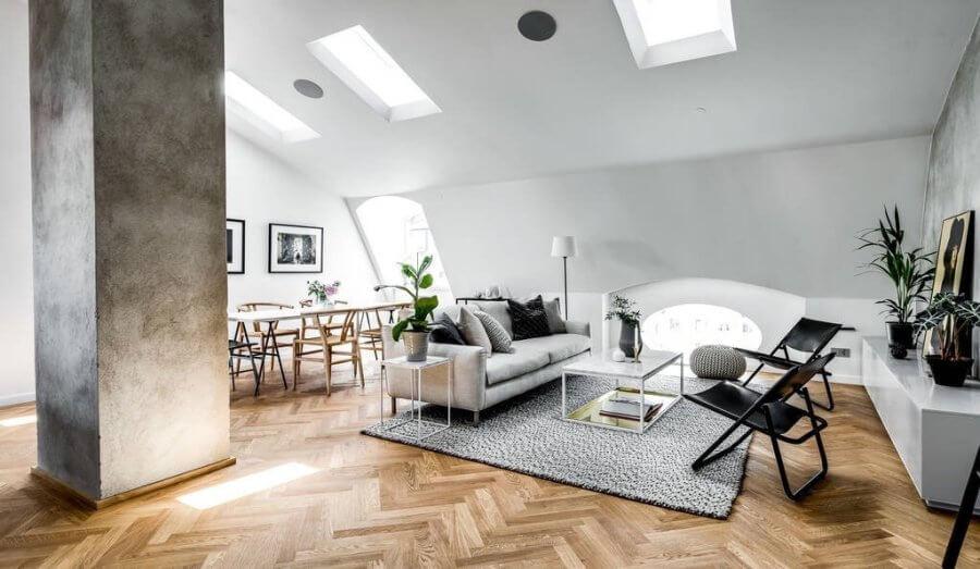 コンクリートの柱がかなり太いので存在感がありますが家具自体は明るい色で統一されているので勾配天井でありながらも開放感を維持できています。