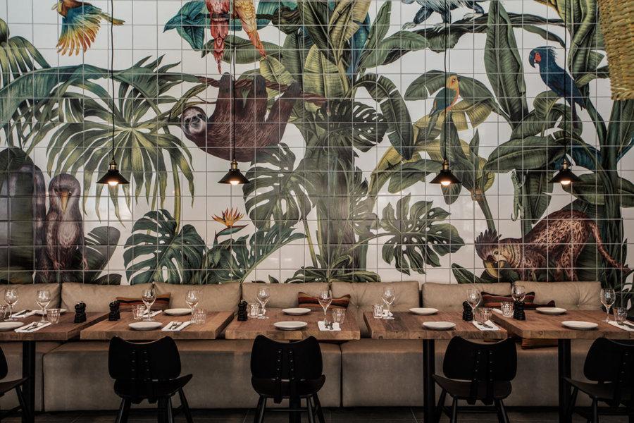 ギリシャのホテルCasa Cook Rhodesのレストラン。壁面は個性的なジャングルをイメージしたタイルを貼っています。