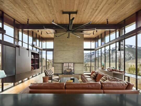 赤茶色のレザーが空間を引き締めています。天井に木目を使用している建築は窓が大きい場合が多いように感じます。