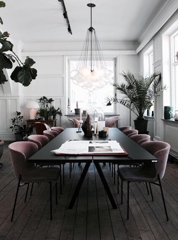 床が古材でデザインもクラシカルな海外インテリアにブラックのシンプルでモダンな家具を配置している。