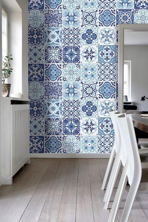 ホワイトの床や家具に合わせてタイル調のアクセントクロスを貼ってインテリアにアクセントを与えています。