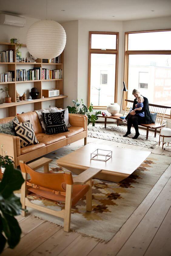 ライトブラウンカラーの家具とキャメルレザーのソファーで北欧のイメージです。敷いているラグの中東方面のキリムでしょうか?