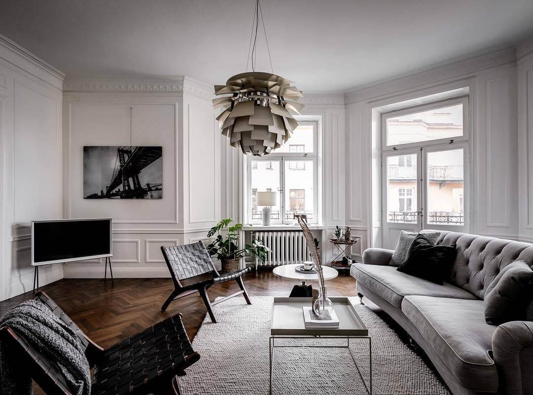 ソファーとペンダントライトがとても個性的なデザインです。この部屋もフローリングはヘリンボーンです。背の高い観葉植物があることで空間を引き締めていますね。