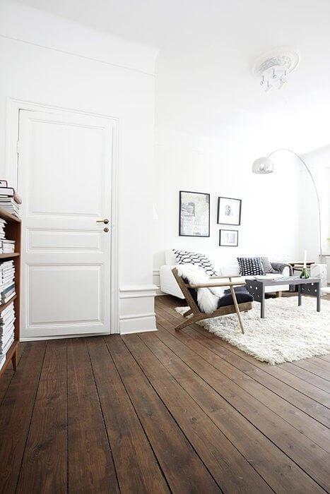 フローリングの色はミディアムブラウンでやや濃いでしょうか。ソファーや壁扉等は全てホワイトで統一されています。まぶしい位に明るい部屋です。壁と床の色のコントラストがハッキリしていますね。