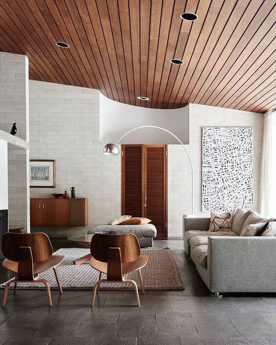 家具と建具と天井の木目が統一されています。白とコントラストがはっきりしていて統一感がありますね。